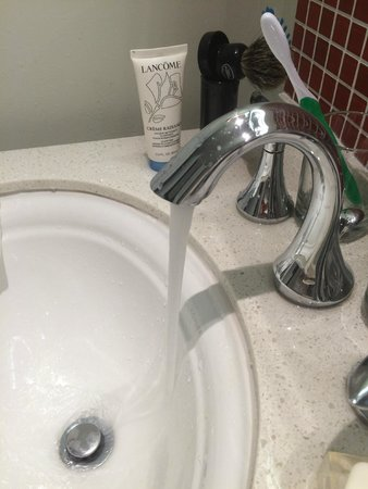 Bathroom sink - The Faucet is not proportioned with the sink ...