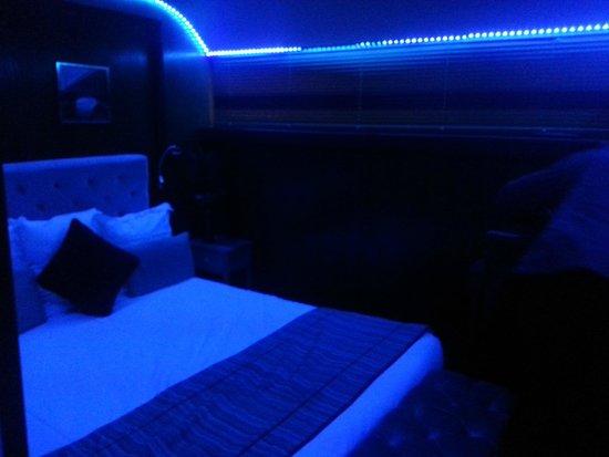 chambre leds en bleu picture of le vip paris yacht hotel paris tripadvisor. Black Bedroom Furniture Sets. Home Design Ideas