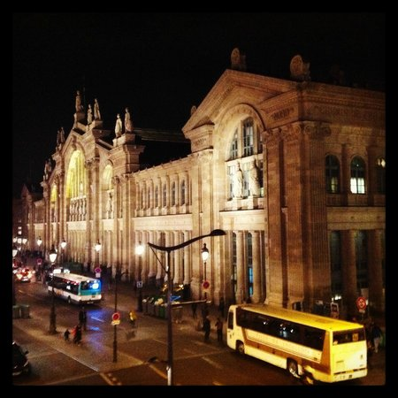 New Hotel Gare du Nord: The view of Gare Du Nord, from our hotel room window