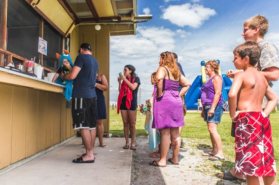 Caboose Lake Campground: The concession stand serves soft serve ice cream and delicious food