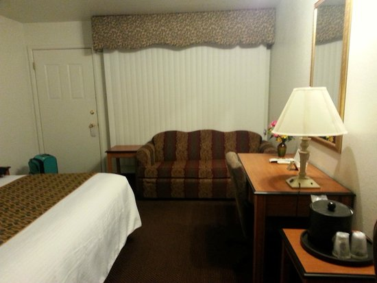 Grand Junction Palomino Inn: Sofa and desk