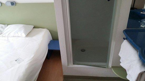 Ibis Budget Warszawa Centrum: Prysznic w pokoju