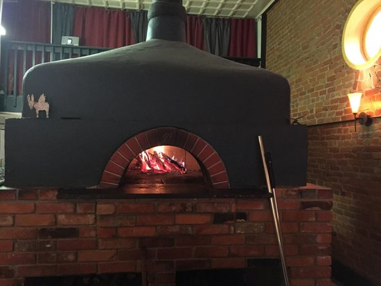 Bella Luna Pizzeria: Wood fired pizza oven