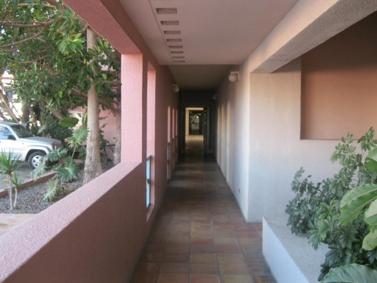 Las Rosas Hotel & Spa : Hallway.  1D to the L, rooms to the right.
