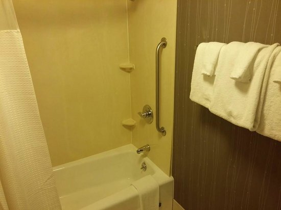 Courtyard Cincinnati Covington: Bathroom