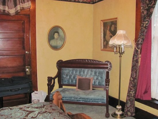 The Historic Occidental Hotel & Saloon and The Virginian Restaurant: Teddy Roosevelt Suite Bedroom Sitting Area