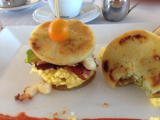 Turquoise Cay Boutique Hotel: arepa de huevo a la manera de josemiguel