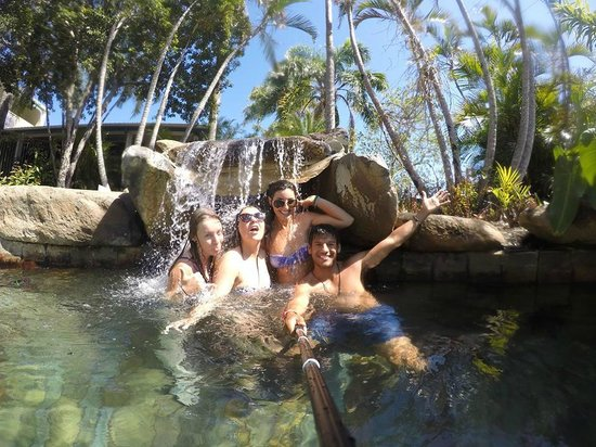 Colonial Palms Motor Inn : playing in the pool waterfall