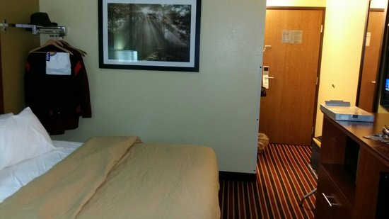 Days Inn Newton: Freshly painted with new carpet.  Room also has frig, microwave and in-room coffee!
