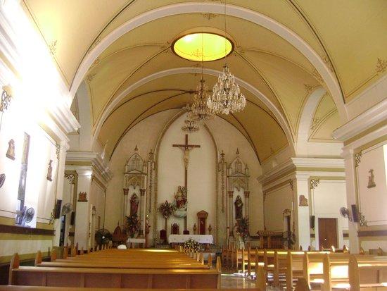 La Paz Cathedral: Altar principal. Observar a delicada pintura no teto.