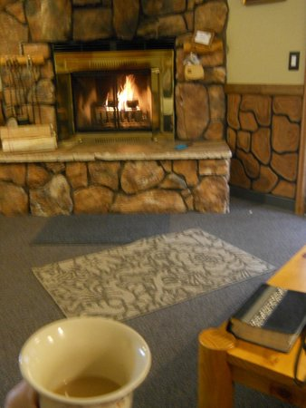 4 Seasons Inn on Fall River : Sunday morning coffee by the fire