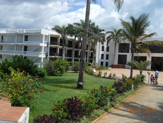 Golden Tulip Dar Es Salaam: Strolling the quiet grounds for relaxation