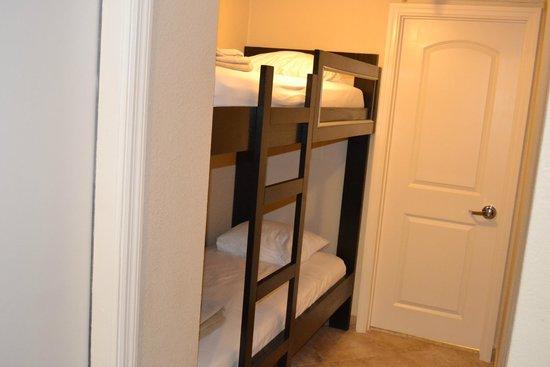 Radisson Suite Hotel Oceanfront: детские кровати