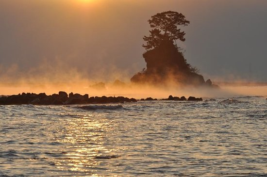 Takaoka, Japan: 日の出と女岩