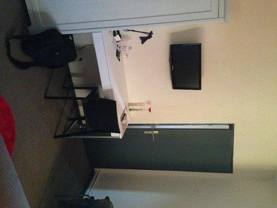 Auberge de l'Estanquet : la chambre coté bureau