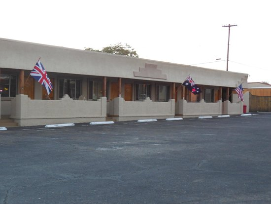 Fort Verde Suites: General view of parking area and motel rooms