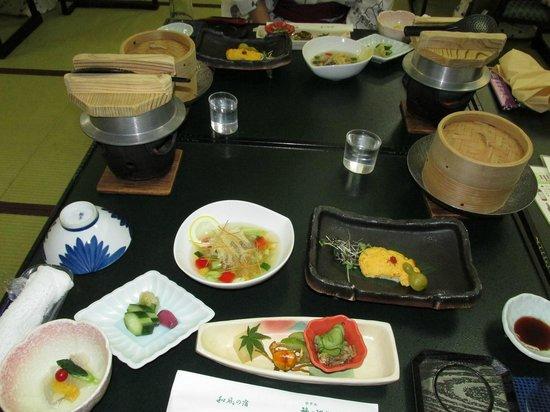 Hotel Kaminoyu Onsen: 夕食はテーブルの釜で焚かれます