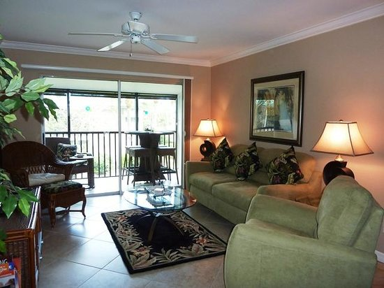 White Sands Village: lounge and lanai
