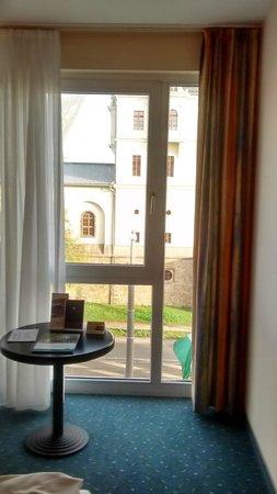 Quality Hotel Plaza Dresden : Окна большие, шторы светонепроницаемые