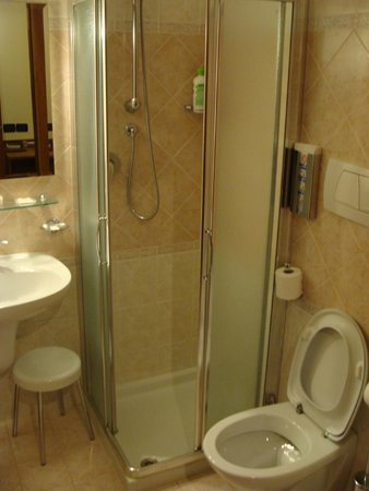 Cris Hotel: Bathroom with a limited shower space