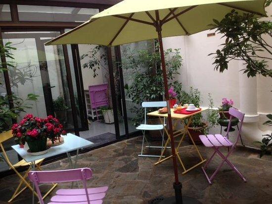Hotel Lilas Blanc: Patio