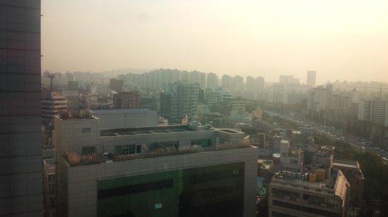 The Riverside Hotel: 部屋(12階)からの眺望。北側の漢江方面が望める。