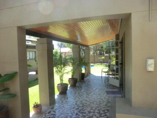 Villa Violet : Blick von der Terrasse in den Garten mit Pool