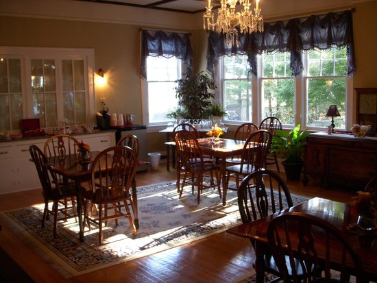 Aunt Adeline's Bed and Breakfast: Dining room
