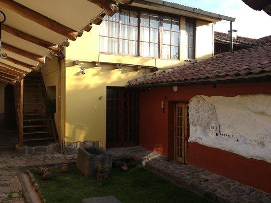 LLipimpac: Jardim e mural em meio aos quartos