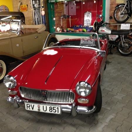 """Automuseum Busch: auch die Briten sind git verteeten, z. B. mit diesem MG, auf den """"weissen Wolken"""" sind nette Ane"""