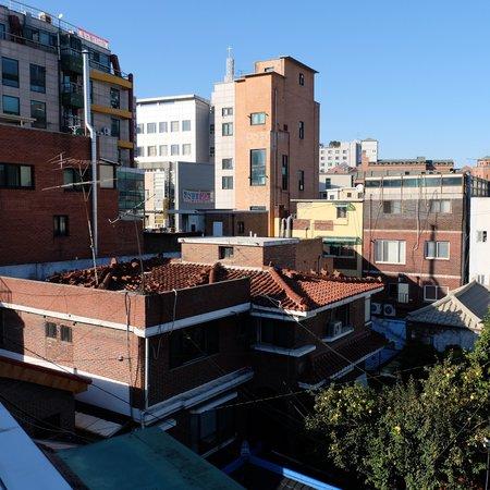 Seoul Station Pencil Hostel: Вид с крыши на район