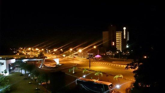 Iguassu Express Hotel: Vista noturna da janela do quarto (3o. andar).