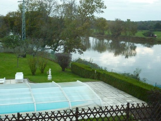 Vue de la terrasse sur la piscine et la sa ne picture of for Piscine design fontaines sur saone