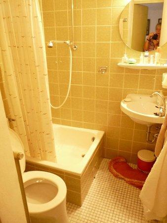 Haus zum Riesen: Das Badezimmer aus den 80igern, allerdings sauber!