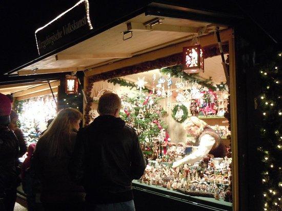 Schoenbrunn Palace Christmas Market : クリスマスオーナメントの露店