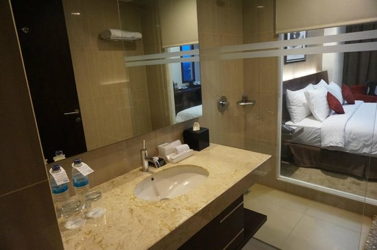 blick vom bad zur dusche picture of aston madiun hotel. Black Bedroom Furniture Sets. Home Design Ideas