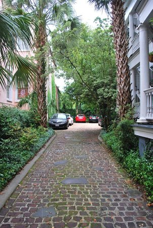 1837 Bed and Breakfast: Driveway for 1837