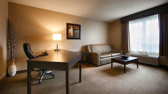 Best Western Plus Saint John Hotel & Suites: King Executive Suite (Living area)
