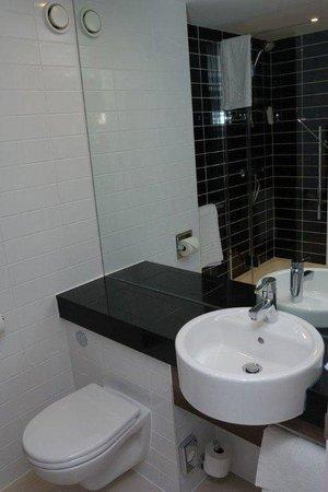 Holiday Inn Express Birmingham South A45: Guest Bathroom