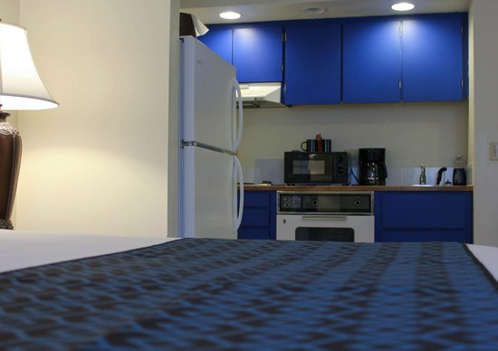 Helgeson Place Hotel Suites : Full Kitchen in each room!