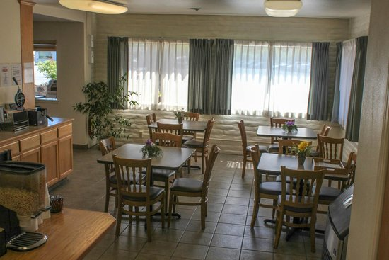 Clearwater 12 Motel: Our Breakfast Area... each morning you get a complementary full hot breakfast!