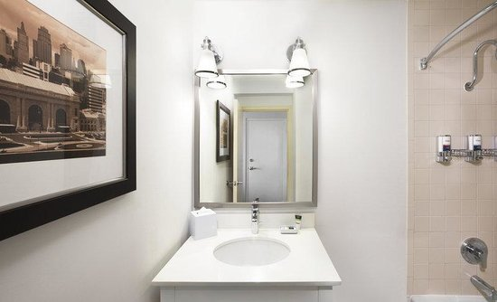 Four Points by Sheraton Kansas City - Sports Complex: Guest Bathroom
