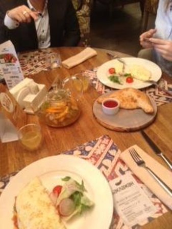 Baklazhan: омлет, чай и хачапури