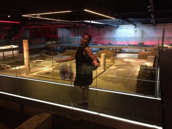 Antiquarium de Sevilla: Curioso. Restos arqueológicos en un entorno súper moderno.