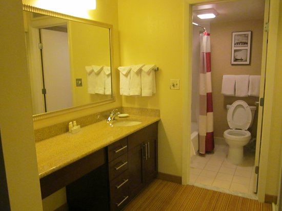 Residence Inn Philadelphia Willow Grove: no night light or safety bars