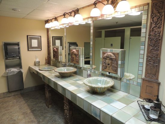Black Bear Inn and Conference Center: Very impressive public restroom