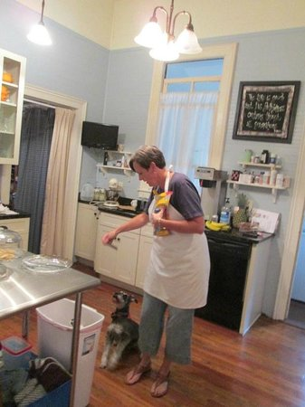 Crenshaw Guest House Bed & Breakfast: Sarah with Ranger in the kitchen