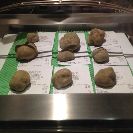 I Tartufi Bistrot: Truffles displayed on the window