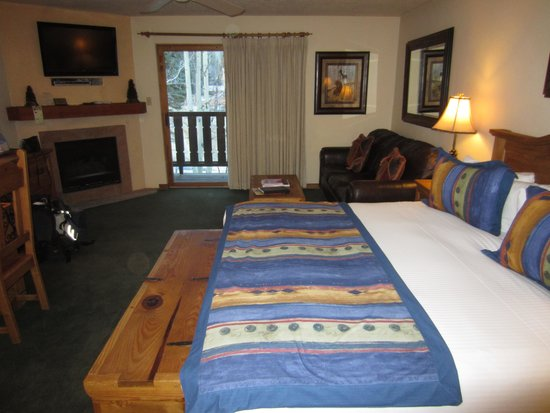 Alpine Village Suites: spacious room