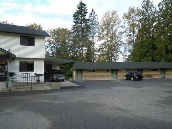 Monroe Motel: Front of motel and rooms in front of river to the right